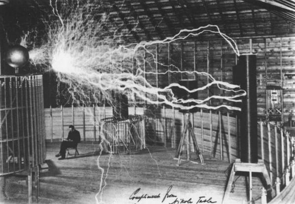 foto do laboratório tesla e um de seus experimentos
